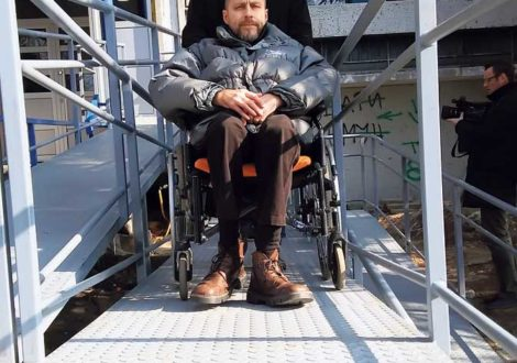 Постављена рампа за инвалиде испред зграде на Кеју ослобођења у Земуну (Фото Беоинфо)